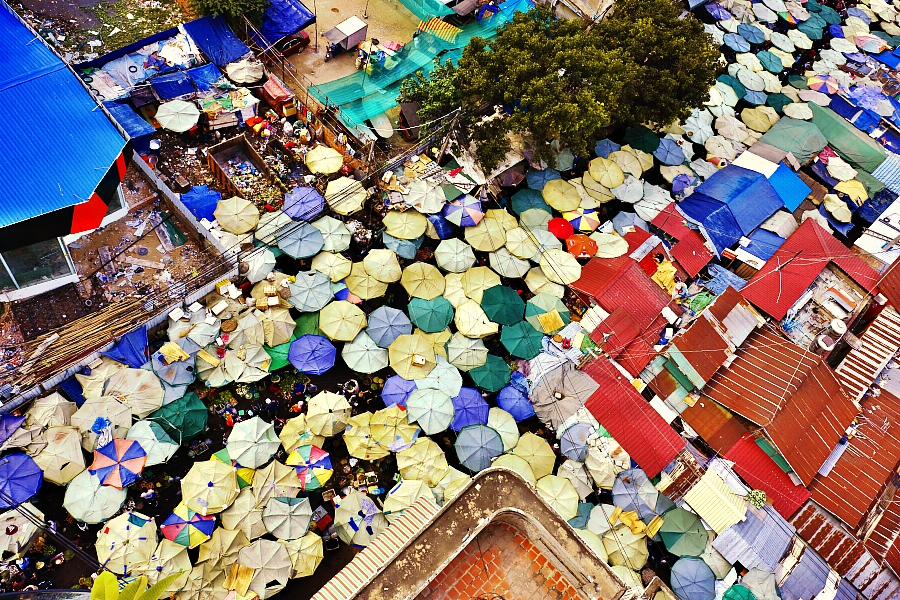 Bird eye view of a local market in Phnom Penh. Photo by Roberto Trombetta, taken on 8 May 2015. Photo licensed under  Creative Commons Attribution-NonCommercial 2.0 Generic