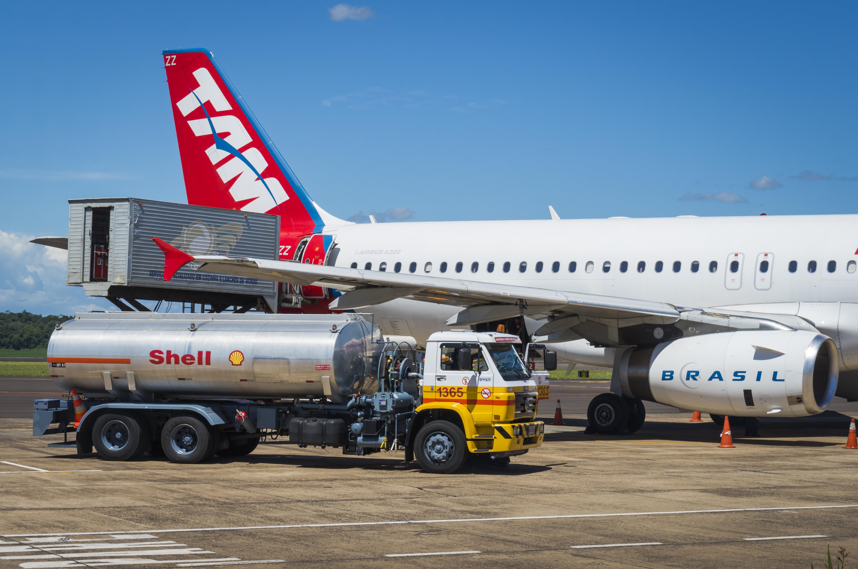 ប្រភព: កម្មករ នៃរថយន្តដឹកប្រេងVolkswagen ១៧-២១០ កំពុងបញ្ចូលប្រេងឥន្ធនៈសម្រាប់ជើងហោះហើរ TAM Airlines លេខ A320 ថតដោយ Deni Williams នៅថ្ងៃទី២៣ ខែវិច្ជិកាឆ្នាំ២០១៣។អាជ្ញាប័ណ្ណ៖CC BY 2.0