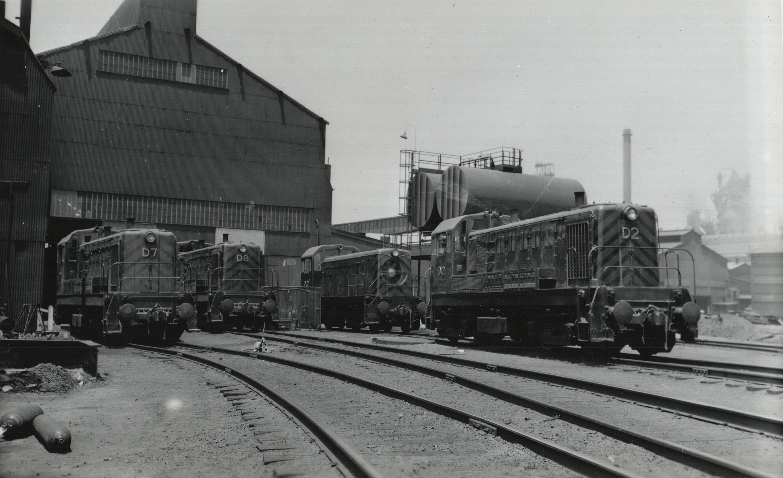ប្រភព: ក្រុមហ៊ុនដែក និងដែកថែប DE Locomotives Aust  Port Kembla ថតដោយ Tim Pruyn នៅថ្ងៃទី២៩ ខែ ឧសភា ឆ្នាំ ២០១៣។ អាជ្ញាប័ណ្ណ៖ CC BY-NC-ND 2.0