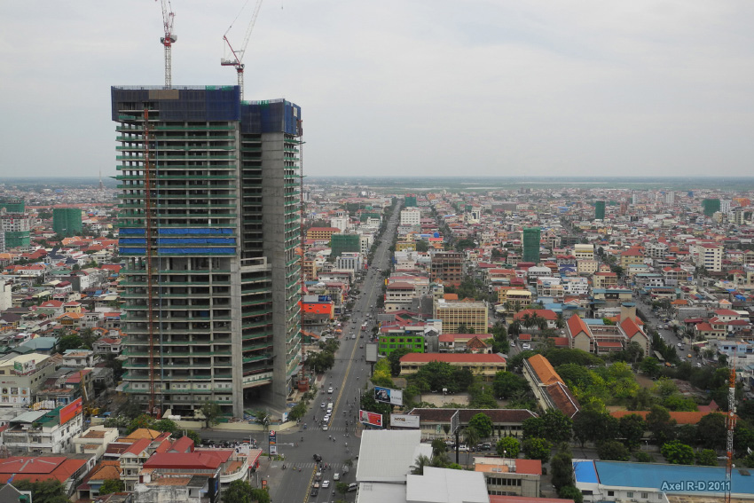 Construction project of Phnom Penh Tower. Photo by Axel Drainville, taken on  4 May 2011. Licensed under CC BY-NC 2.0